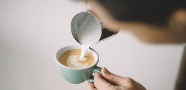 Cappuccino-melk-schenken